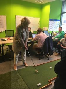 Eine Runde Golf mit Golf Post ließ sich die Ministerpräsidentin nicht nehmen.