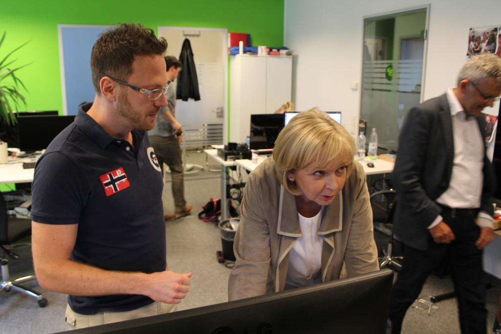 Hannelore Kraft lässt sich von Geschäftsführer André Asslund den Club der Produkttester zeigen