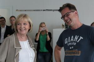 Hannelore Kraft und Oliver Thylmann reden via Skype mit einer Mitarbeiterin, die sich in Mutterschutz befindet