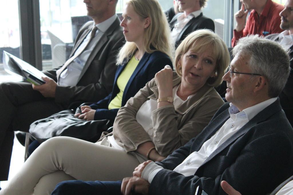 Hannelore Kraft schaut sich Startup Pitches im STARTPLATZ an