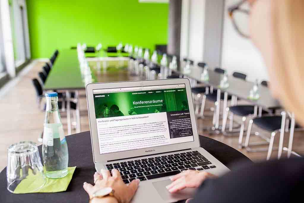 Blick-vom-Speakerdesk-im-großen-Konferenzraum-am-Startplatz
