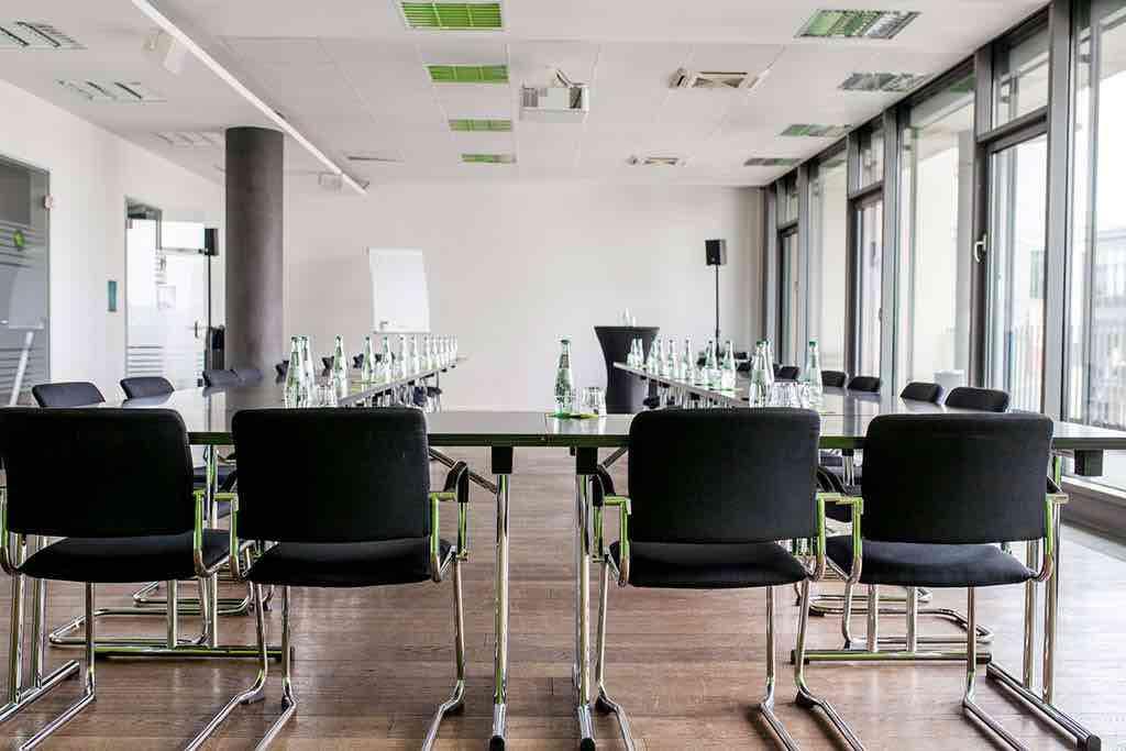 Blick-von-hinten-auf-großen-Konferenzraum-im-Startplatz