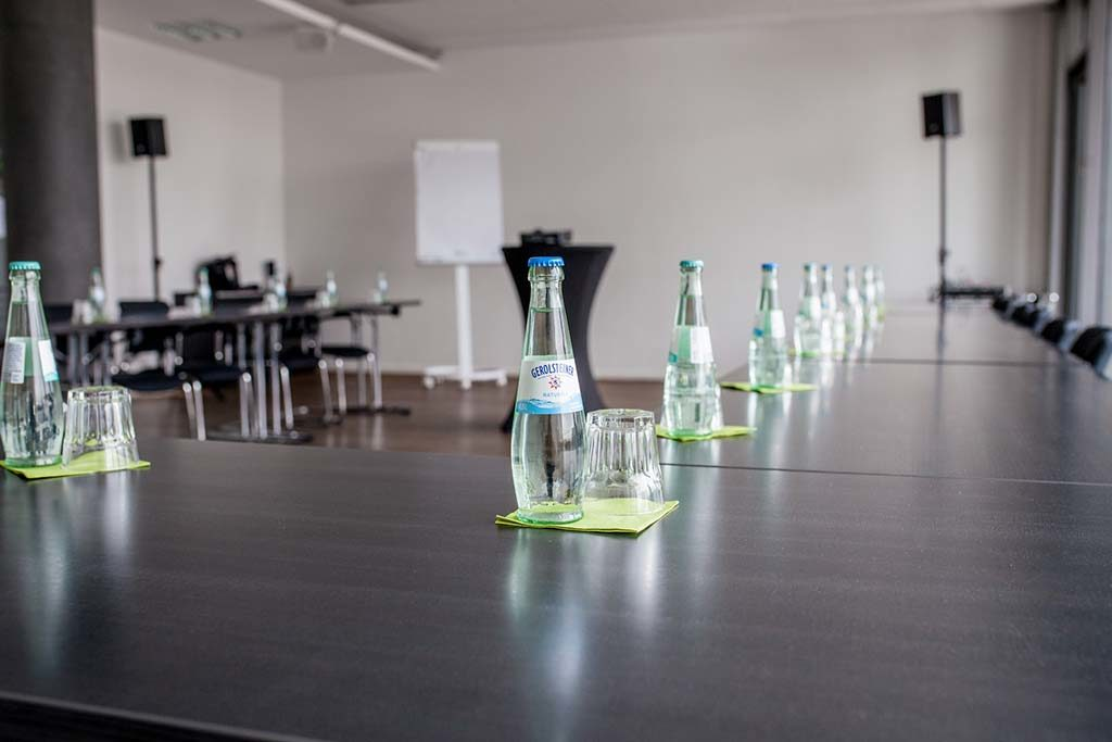 Detailansicht-vom-eingerichteten-Konferenzraum-am-Startplatz