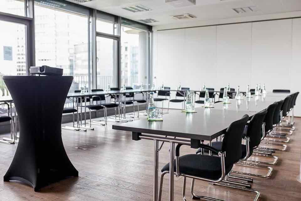 Großer-Konferenzraum-im-Startplatz-Beispiel-mit-Bestuhlung