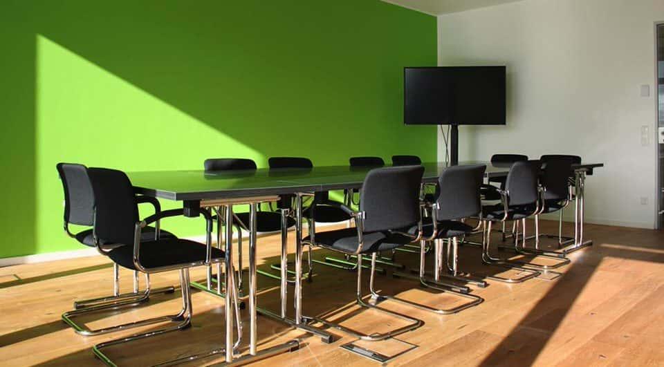 Leerer-kleinerer-Konferenzraum-im-Startplatz-Koeln