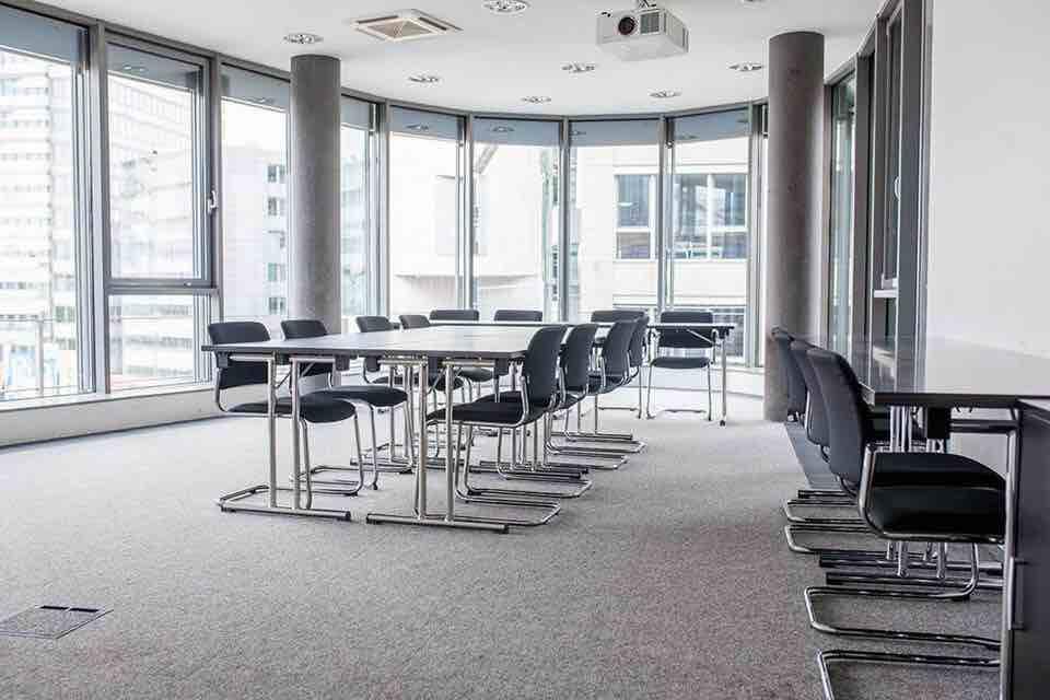 Rundumsicht-von-einem-Konferenzraum-mit-großer-Glasfront-und-Aussicht-auf-den-Mediapark-Koeln