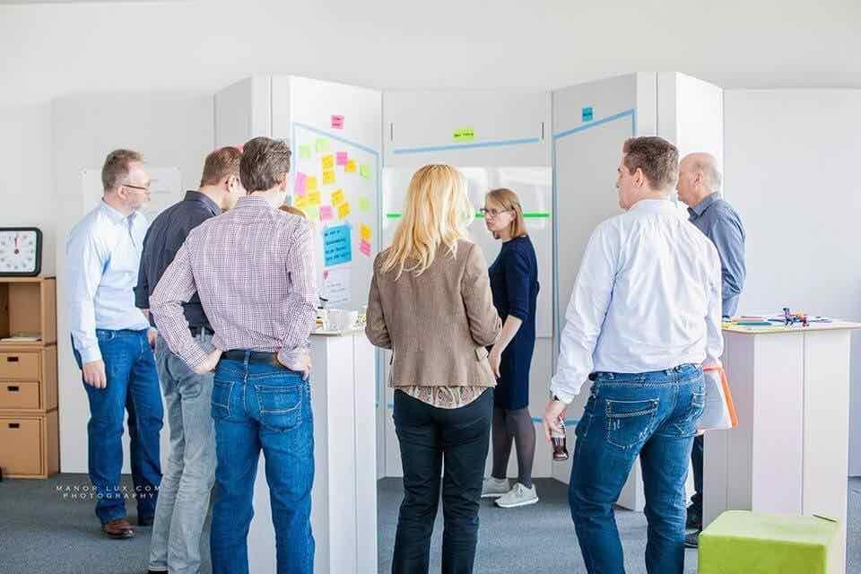 Design-Workshop-Situation-mit-kreativen-Methoden-im-Startplatz-Koeln