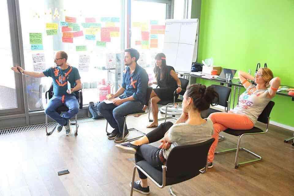 Kreativer-Workshop-in-einem-Konferenzraum-am-Startplatz-Koeln
