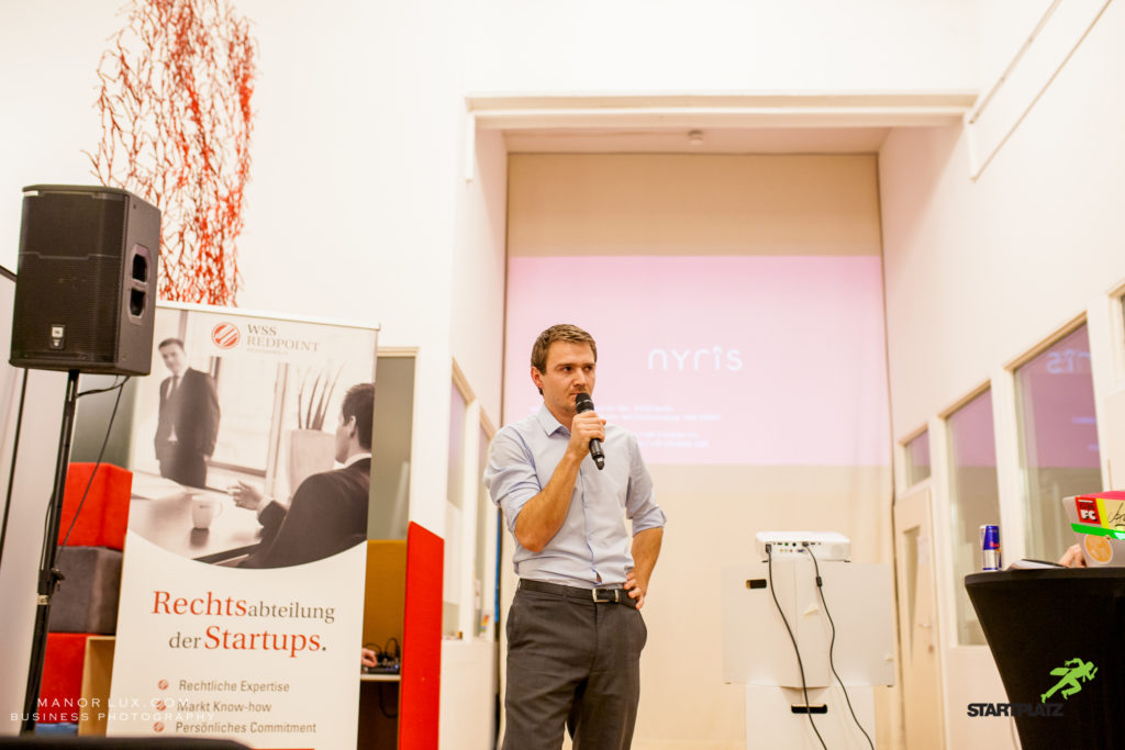 Johannes Judt präsentiert das Startup Nyris auf dem Rheinland-Pitch #46