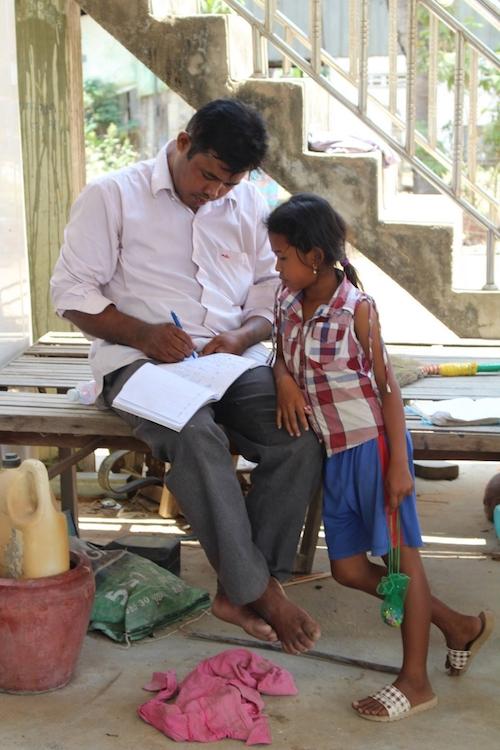 Mr. Thy mit einem der Kinder aus Go Pang Na