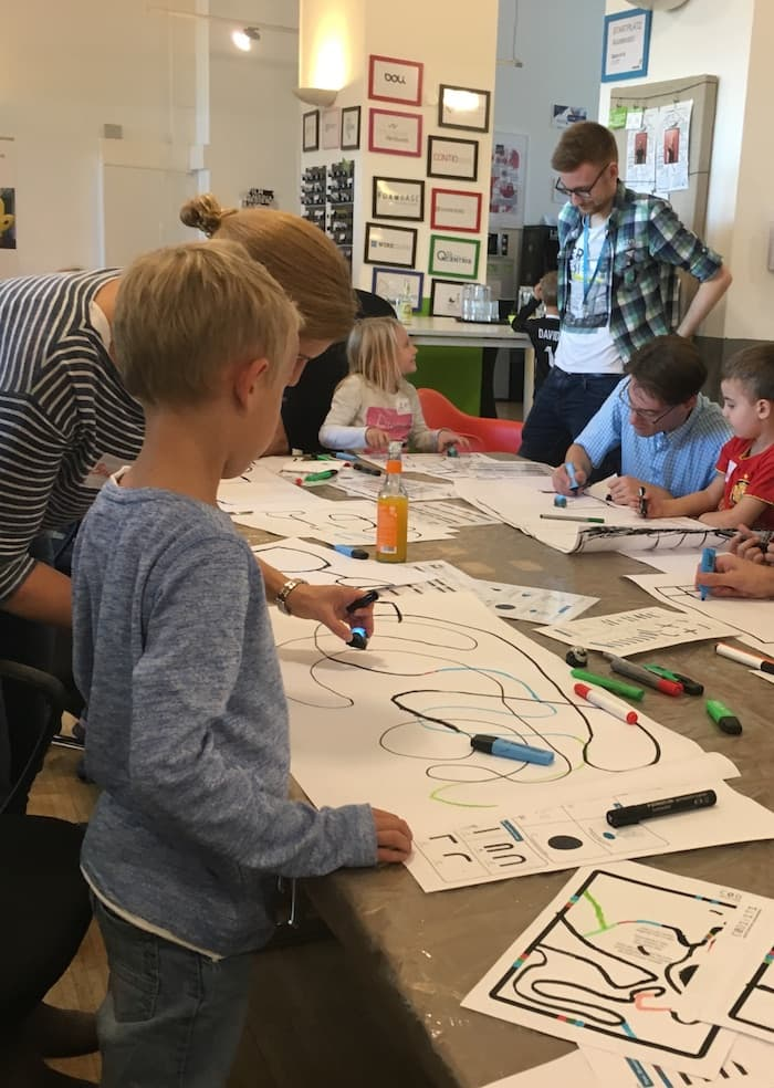 Kinder in Aktion beim Family Coding Day