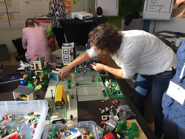Unsere Kandidaten bauen Ihr Recruitment Game mit Lego nach um es zu visualisieren